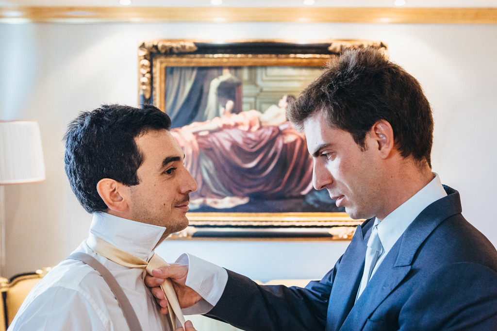 Un ospite ordina la cravatta dello sposo Riccardo