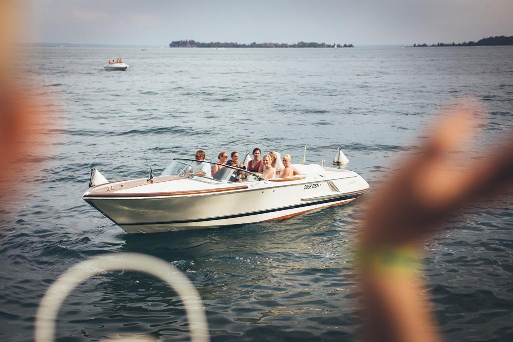 Kathrin e le damigelle si allontanano in barca sul Lago di Garda