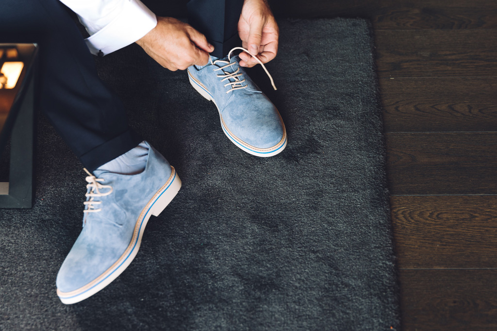 LO sposo indossa le scarpe durante la preparazione