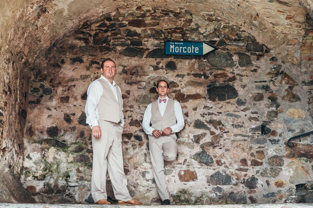 Il fotografo ritrae due testimoni in attesa dell'arrivo dello sposo