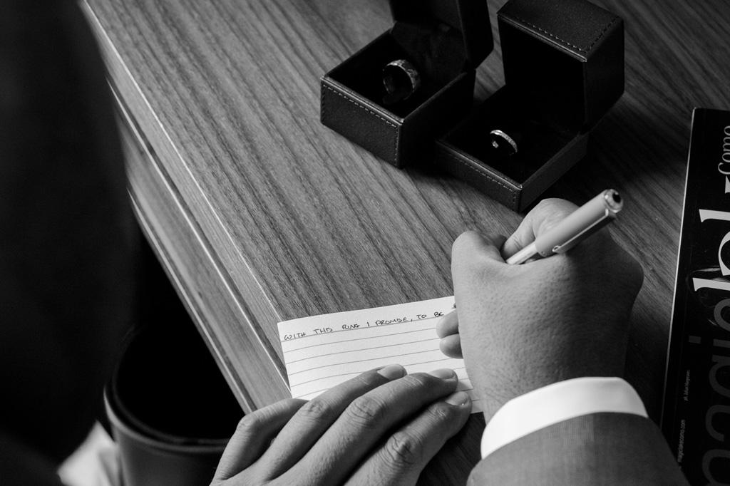 Lo sposo scrive una dedica riferita alla sposa