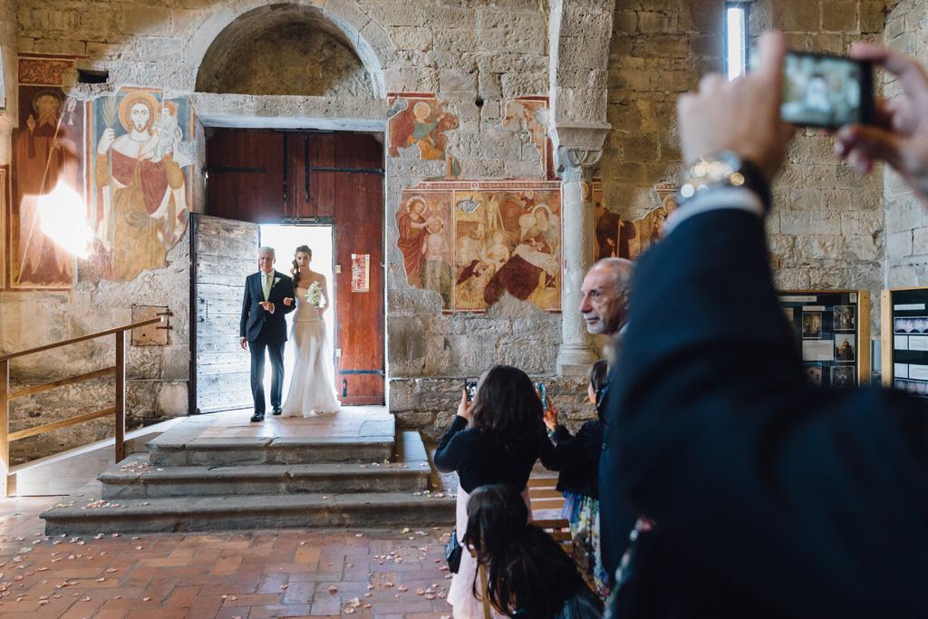 Il padre e Arianna raggiungono la chiesa di San Giorgio in lemine