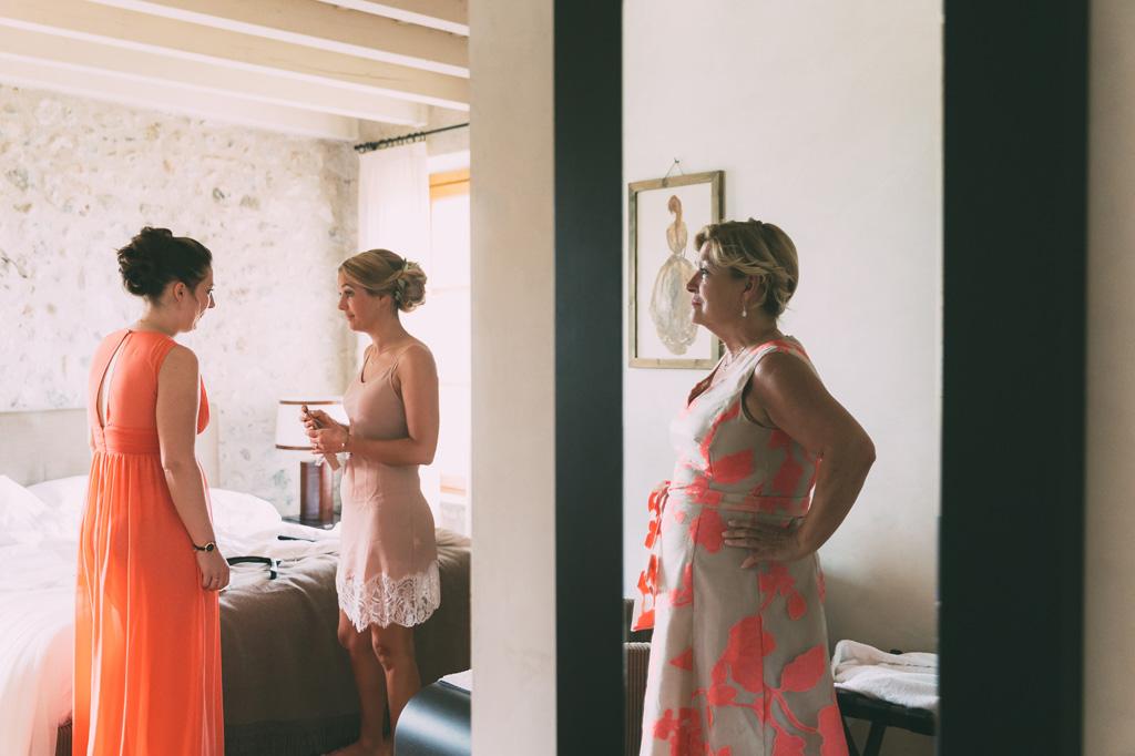 La sposa è in compagnia di parenti e damigelle durante la preparazione