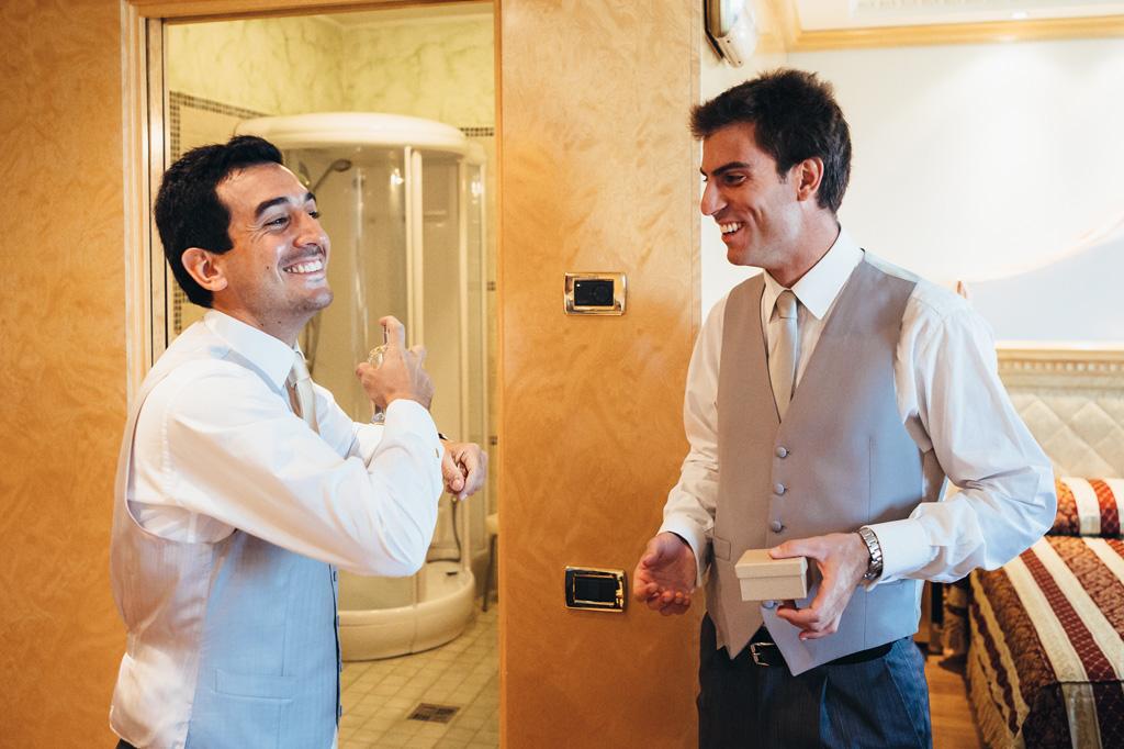 Riccardo indossa un profumo in preparazione del matrimonio