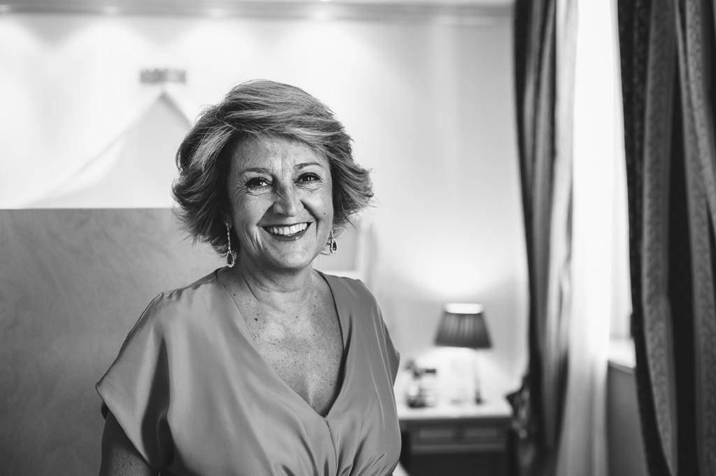 La madre dello sposo sorride serenamente davanti alla lente del fotografo Alessandro Della Savia