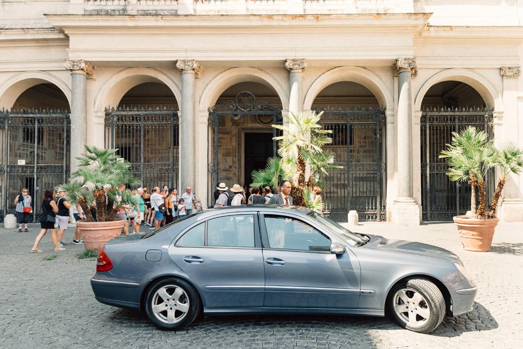 La macchina della sposa raggiunge la Basilica di Santa Maria in Trastevere a Roma