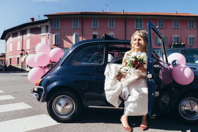 L apossa scende dalla Fiat blu 500
