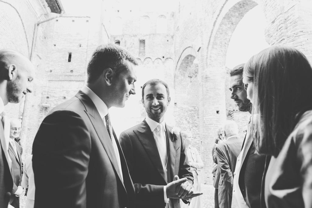 Lo sposo ha un sorriso pacato prima della cerimonia nunziale