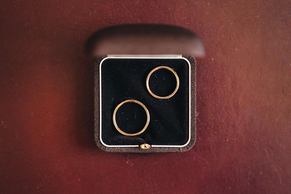 Le fedi nunziali accuratamente conservate all'interno di un elegante cofanetto in no scatto di Alessandro Della Savia