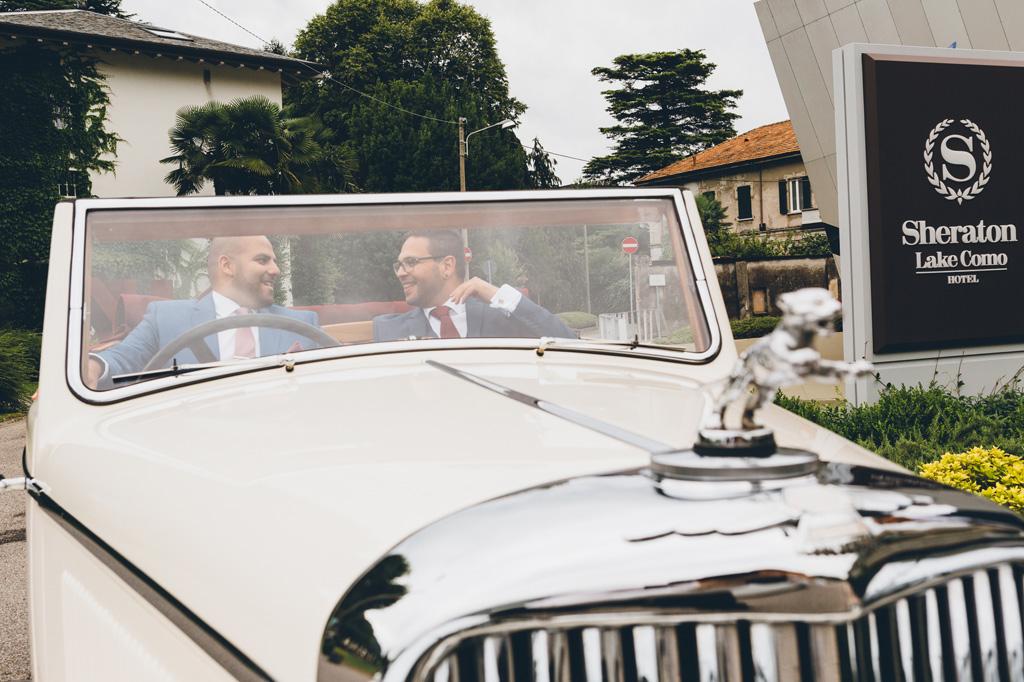 Lo sposo scherza con un testimone durante il viaggio in macchina