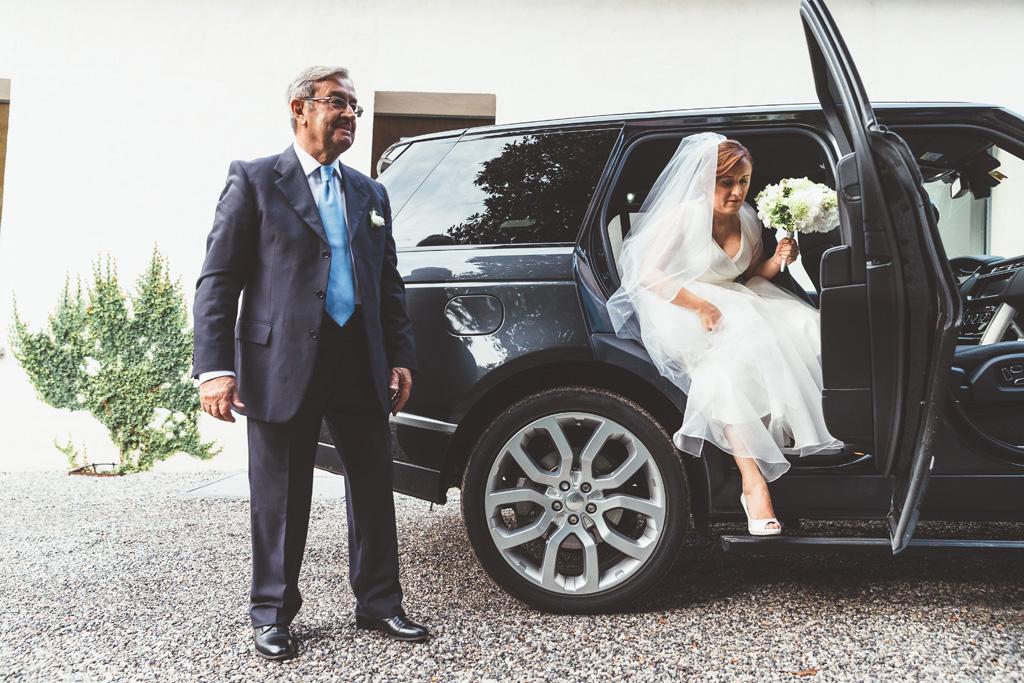 La sposa Daniela scende dalla macchina in compagnia del padre