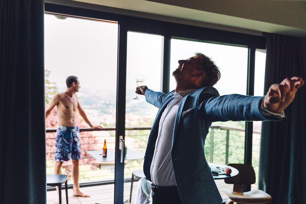 Lo sposo beve un bicchiere in sala