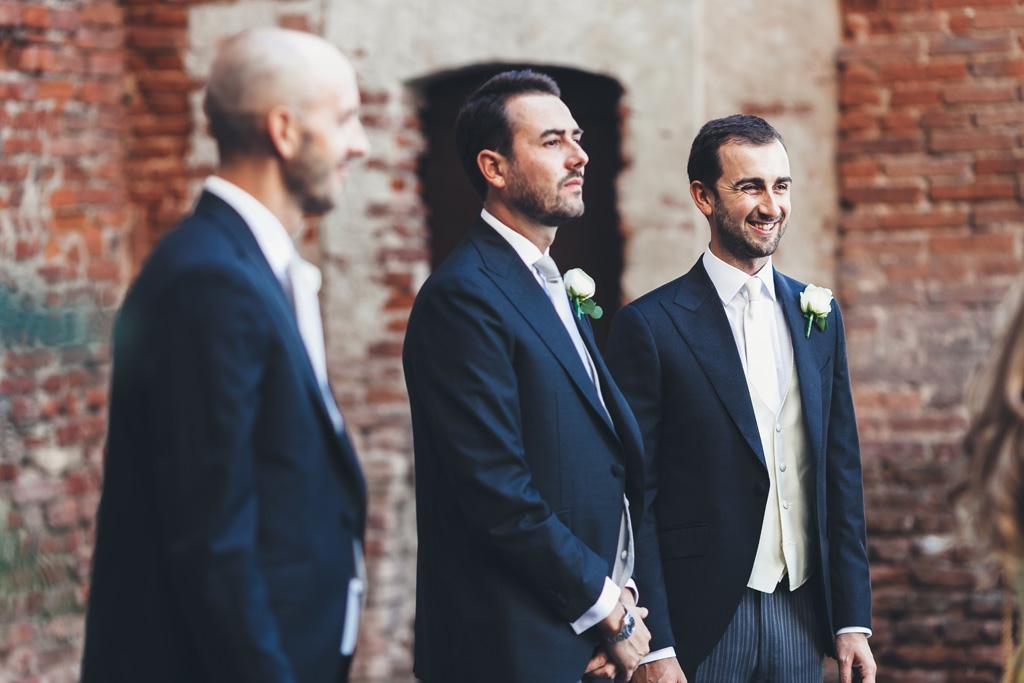 Lo sposo ha un sorriso rassicurante prima di entrare nella Basilica
