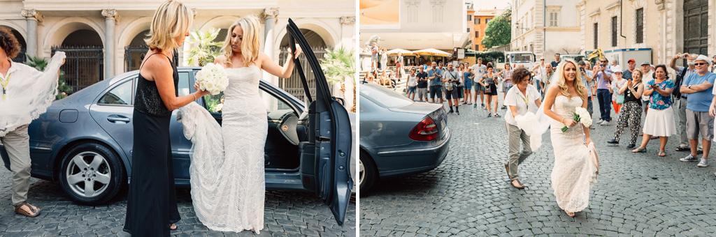 La sposa scende dalla macchina accolta dagli applausi dei partecipanti