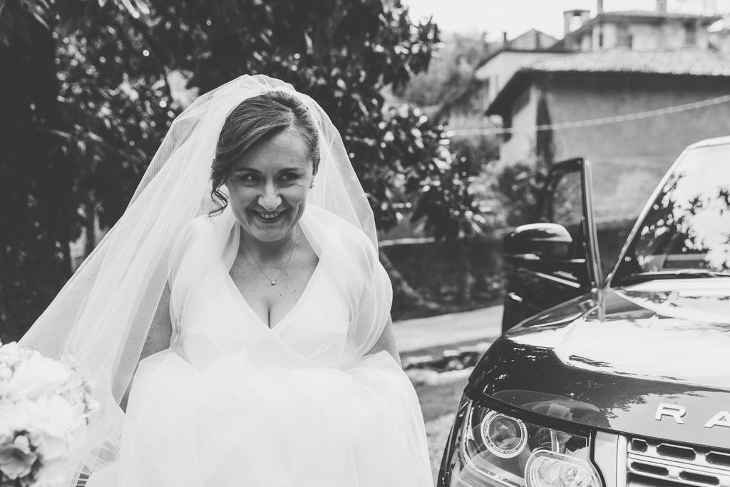 La sposa Daniela scende dalla macchina sorridente
