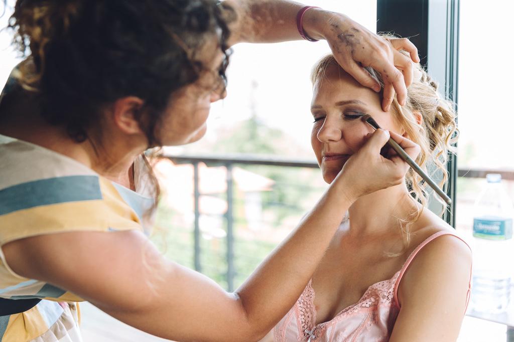 La sposa è in fase di preparazione durante il trucco