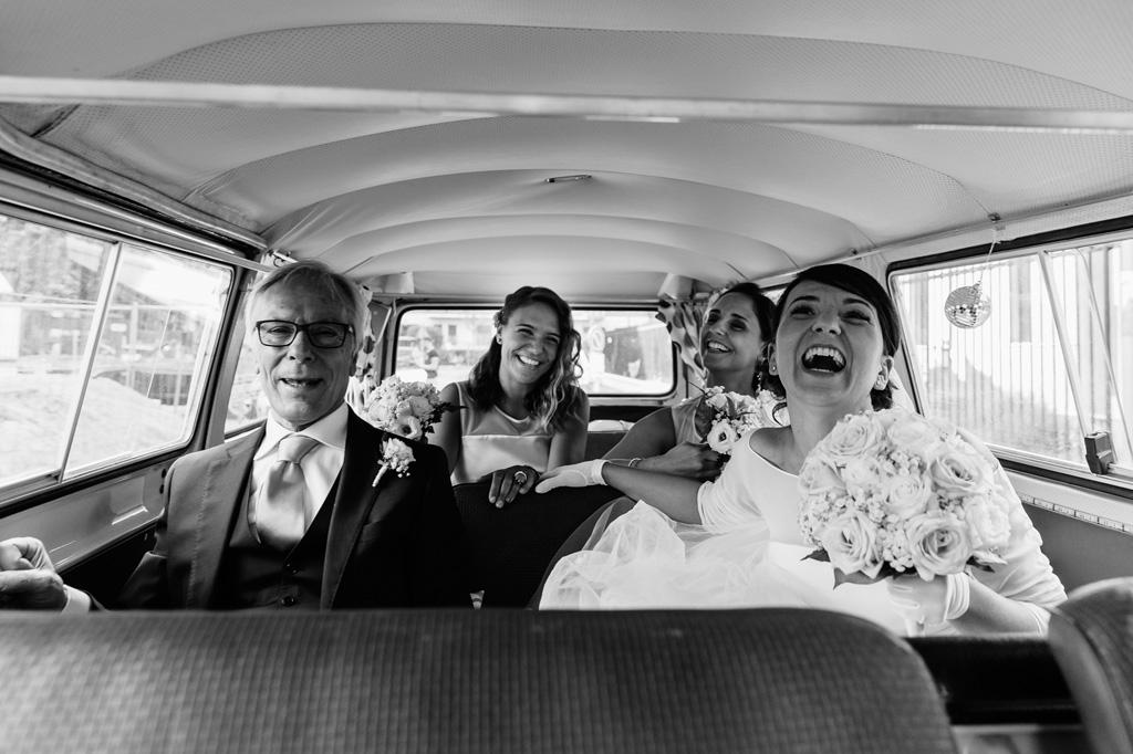Alice è in macchina per raggiungere lo sposo che la attende per la cerimonia di matrimonio