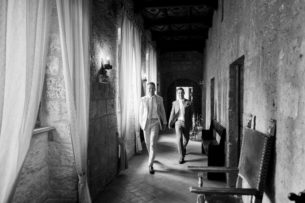 Lo sposo attraversa il corridoio dell'abbazia in compagnia di un testimone