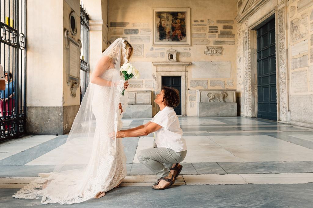 Un'invitata confida due parole alla sposa