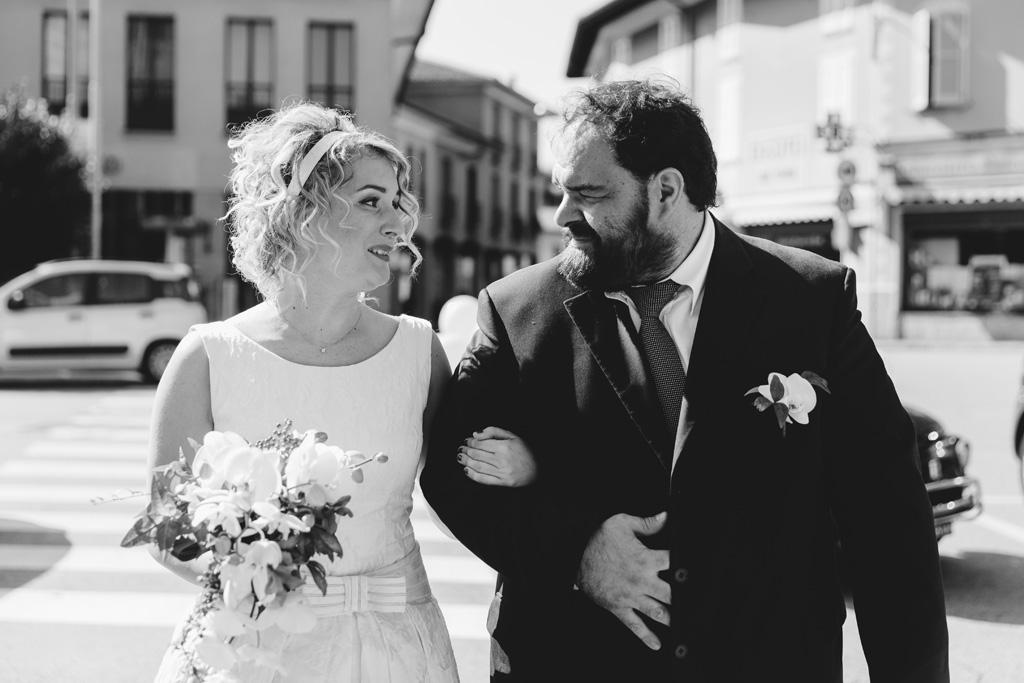 Lidia consulta un testimone prima di raggiungere lo sposo