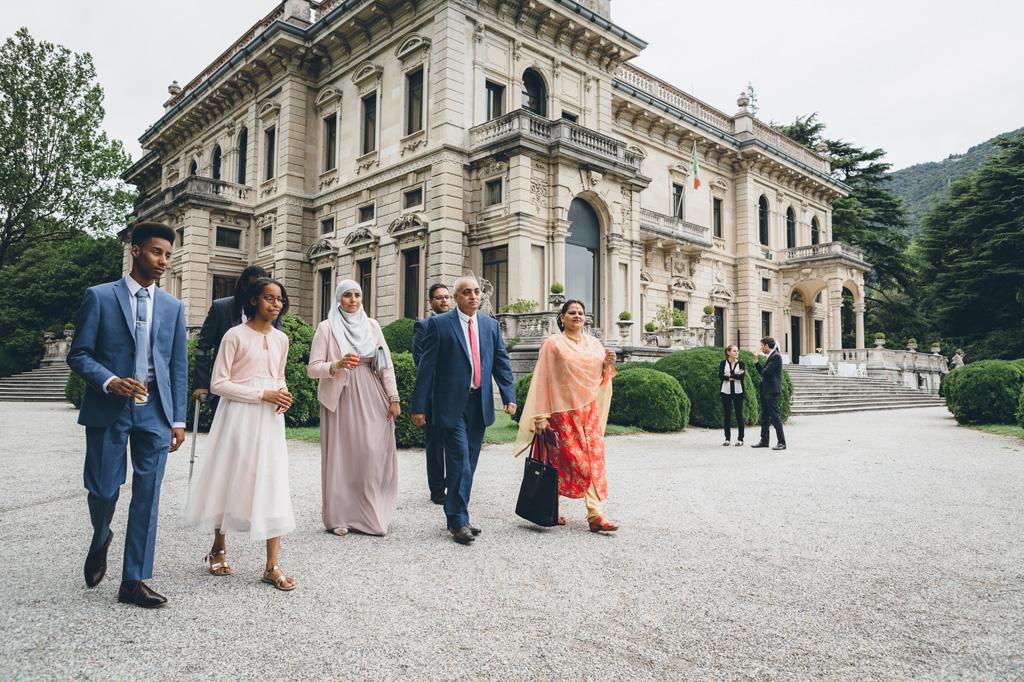 Lo sposo è accompagnato da amici e parenti per celebrare le nozze di matrimonio