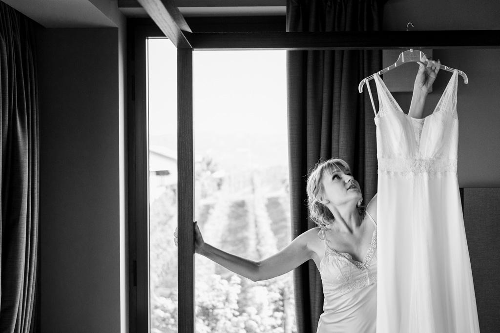 La sposa raccoglie l'abito da sposa