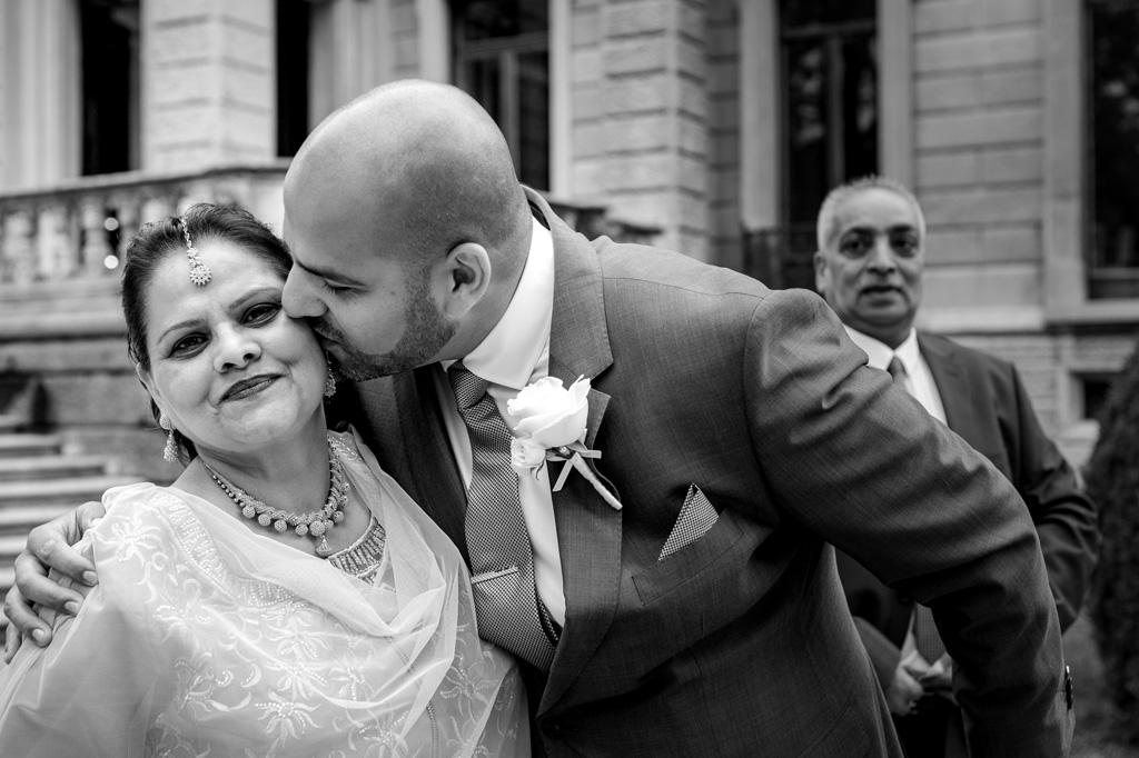 Jaspal bacia la madre prima dello svolgimento delle nozze