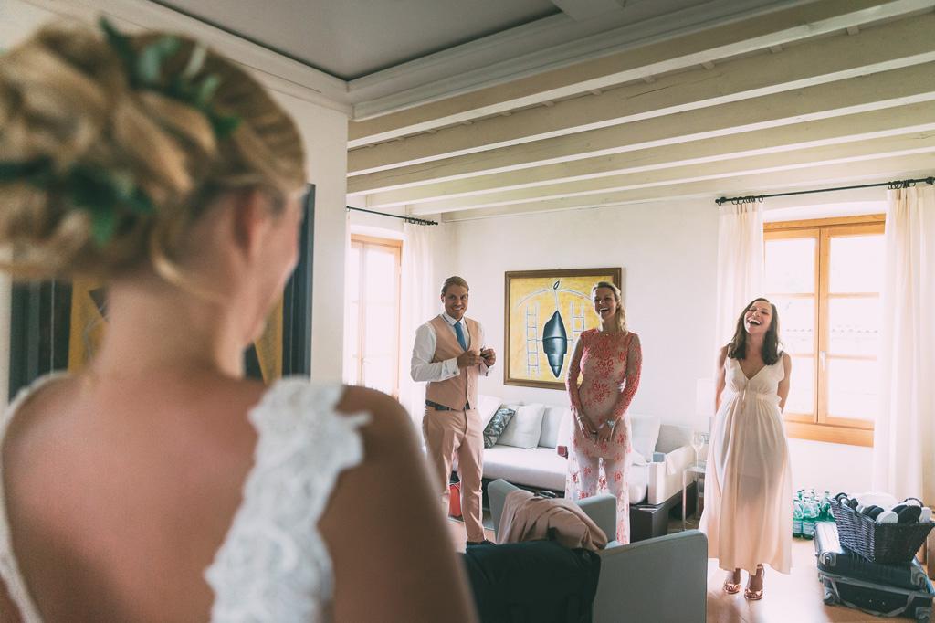 Lo stupore dei testimoni davanti alla bellezza della sposa in un momento colto da Alessandro Della Savia