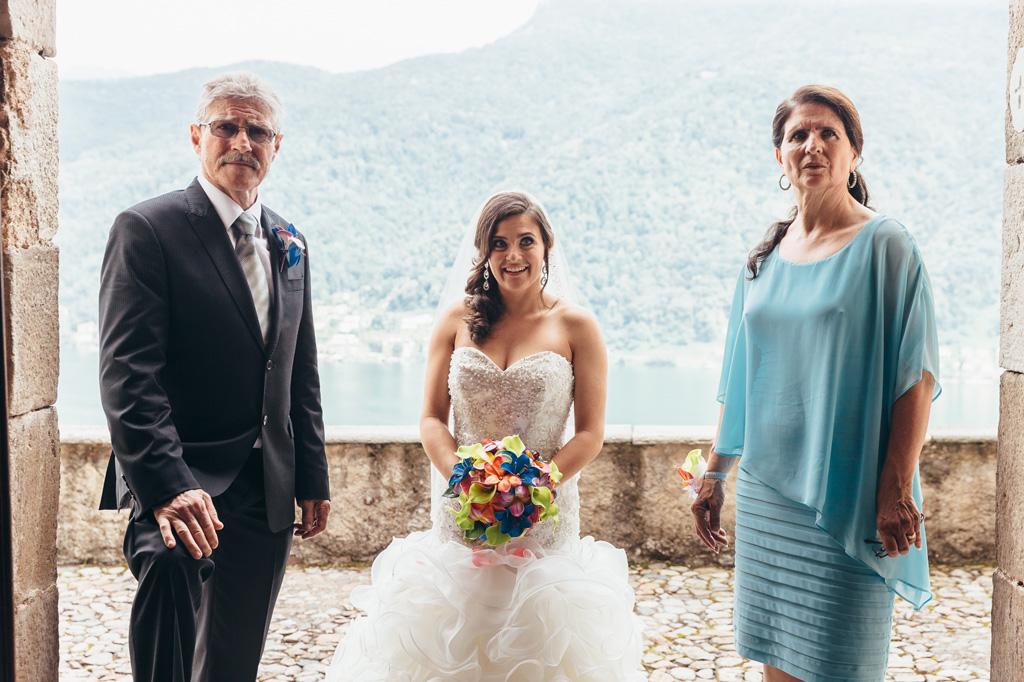 La sposa e i parenti sorridono ritratti dal fotografo Alessandro Della Savia