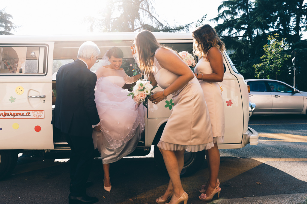 Le damigelle aiutano la sposa Alice a scendere dalla macchina in uno scatto ripreso da Alessandro Della Savia