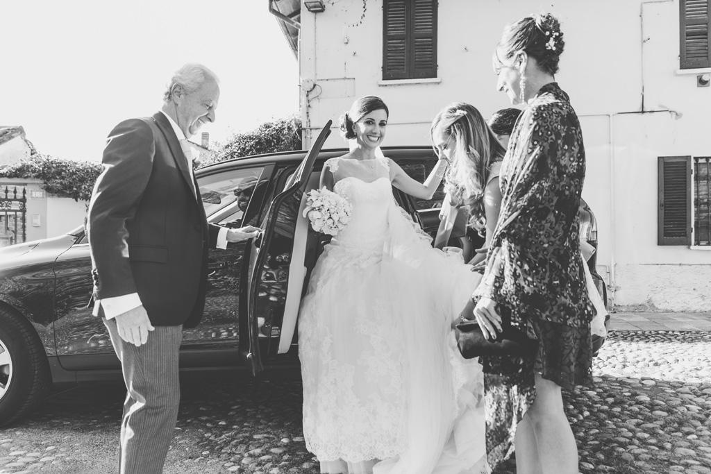 La sposa Silvia scende dalla macchina accompagnata dagli ospiti