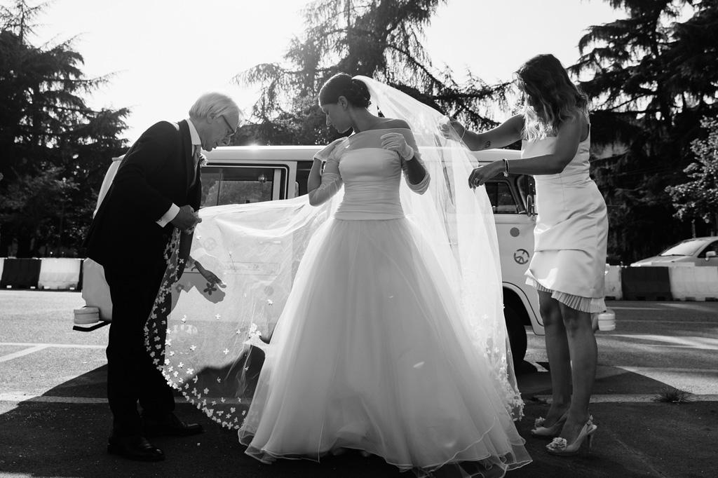 La sposa si prepara per entrare in chiesa e celebrare la cerimonia