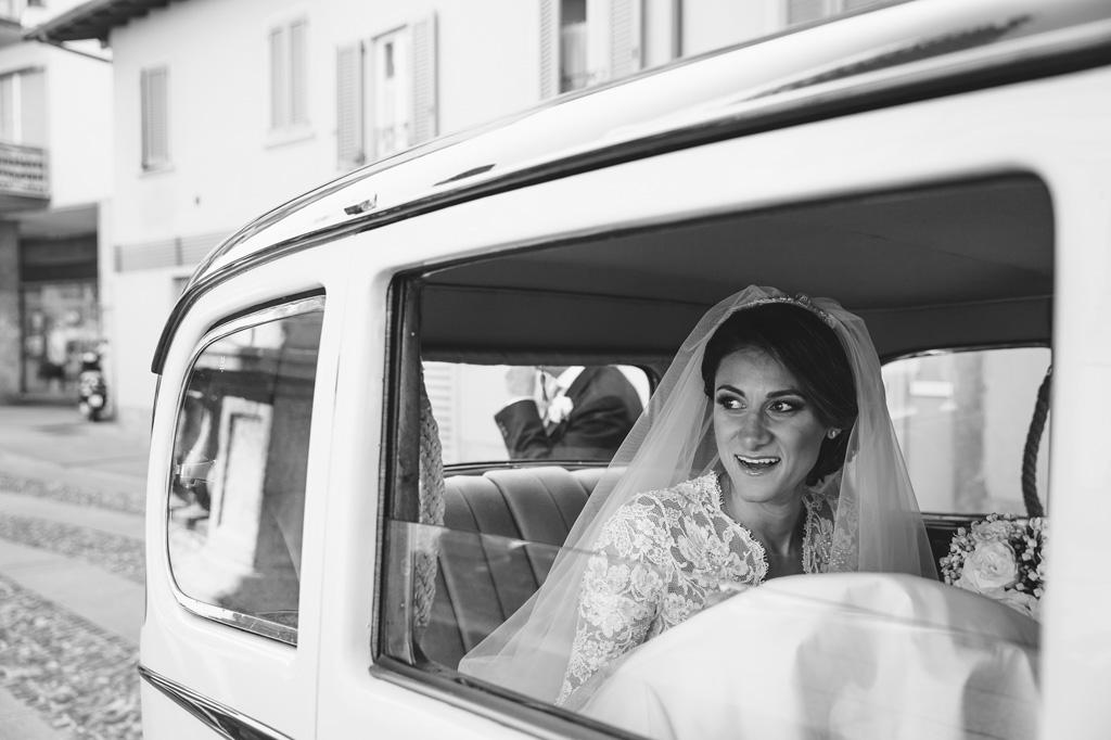 Beatrice osserva speranzosa dal finestrino prima della cerimonia del matrimonio