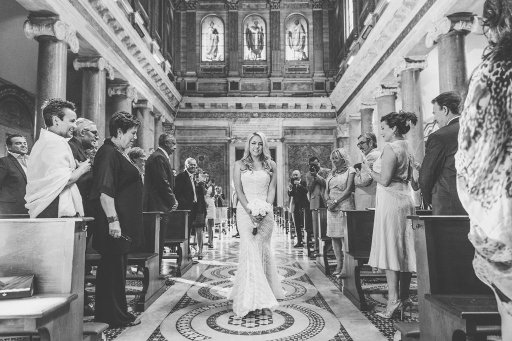 Brittney entra nella Basilica tra lo stupore degli invitati colpiti dalla bellezza della sposa