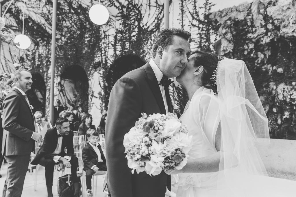Daniela sussurra alcune parole a Luca prima della cerimonia di matrimonio