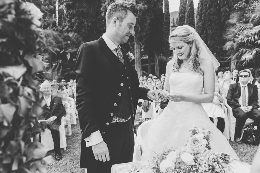 Kathrin indossa l'anello allo sposo durante la cerimonia di matrimonio