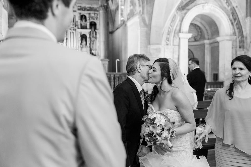 La sposa Loreanne bacia il padre prima di procedere con la cerimonia di matrimonio