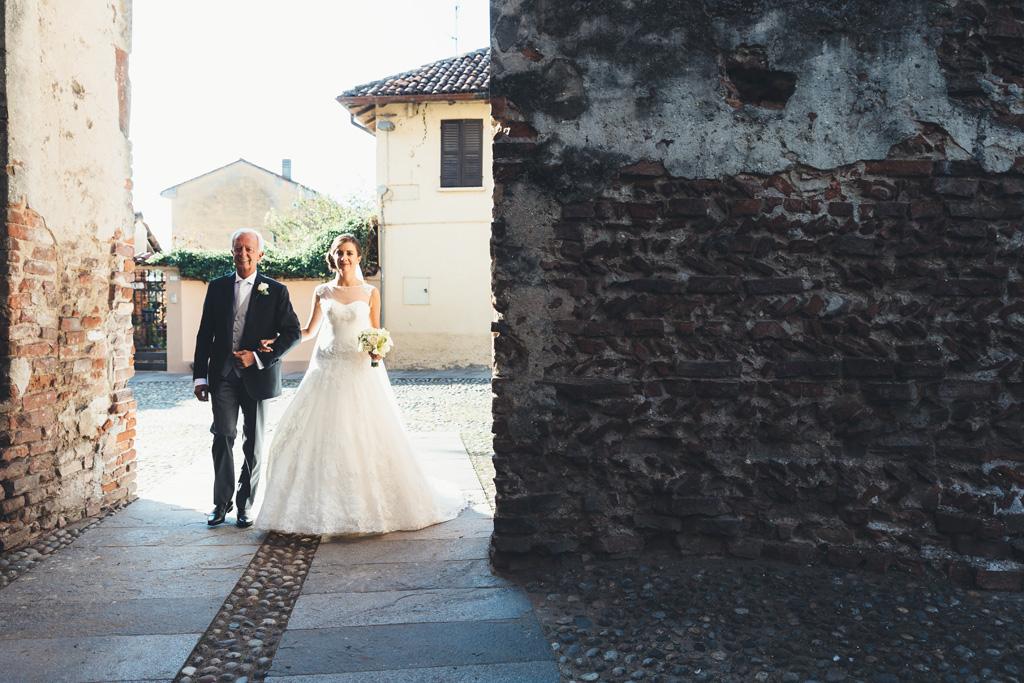 Il padre accompagna la figlia sino in chiesa