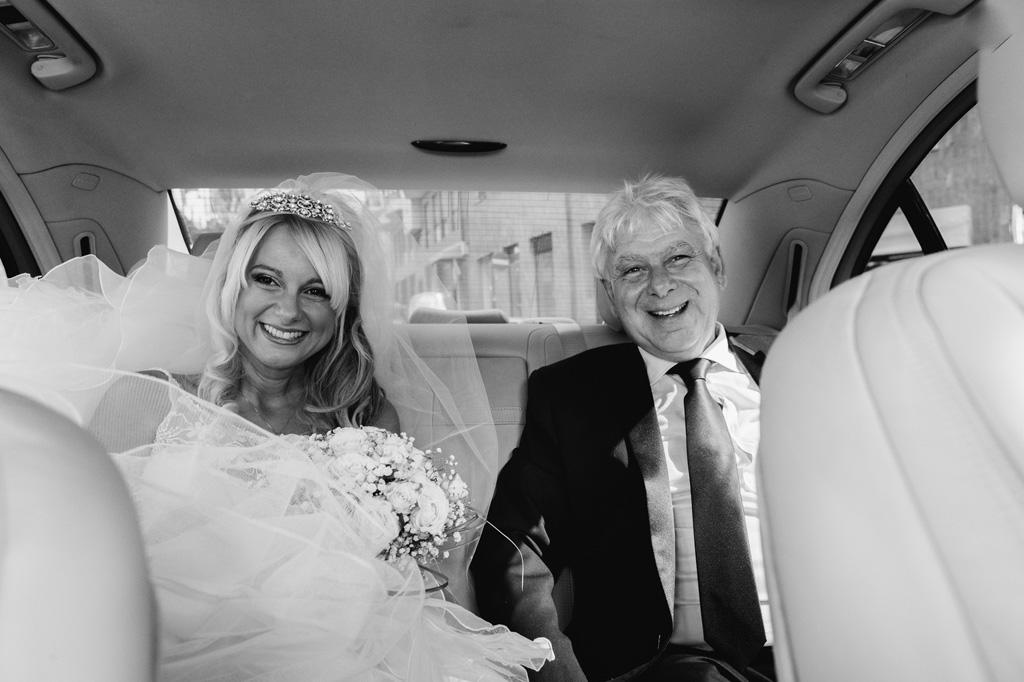 La figlia Giorgia è gioiosa in compagnia del padre durante il viaggio in macchina