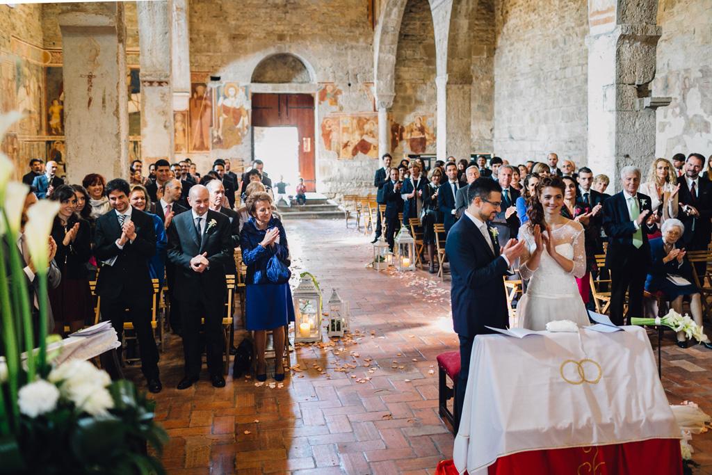 Gli sposi e gli invitati applaudono alla fine della cerimonia di matrimonio