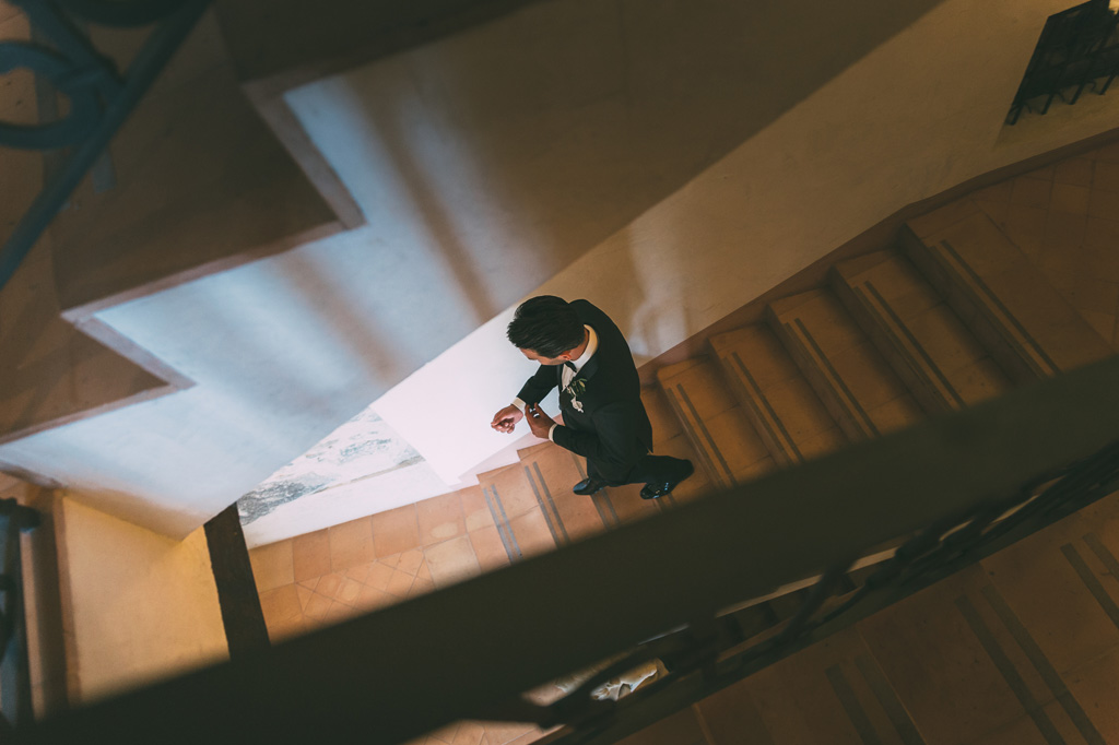Lo sposo scende le scale per dirigersi alla cerimonia di matrimonio