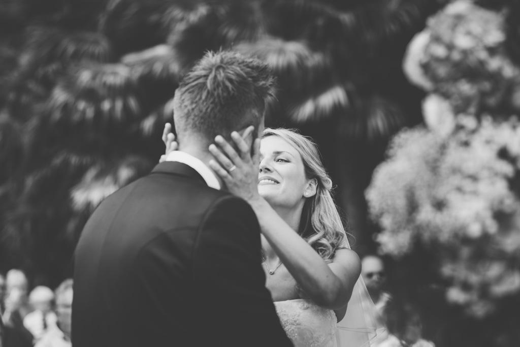 I due sposi posso baciarsi finalmente congiunti in matrimonio
