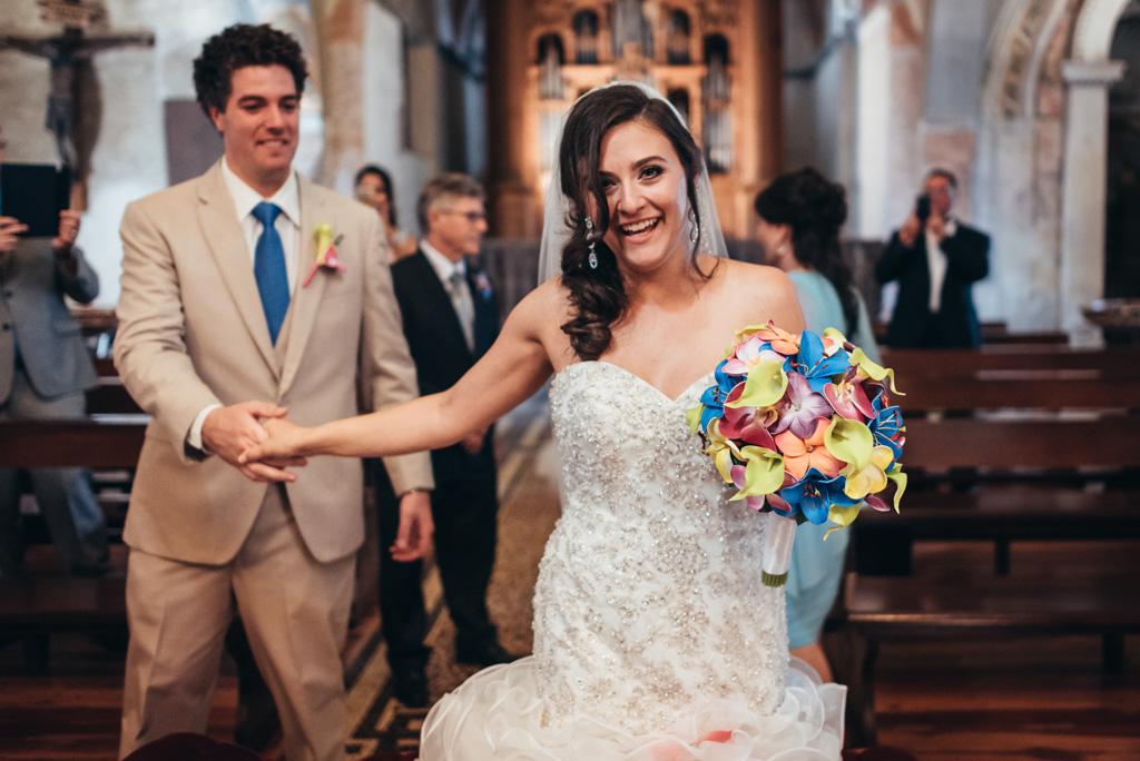 Loreanne trascina per mano lo sposo sino all'altare