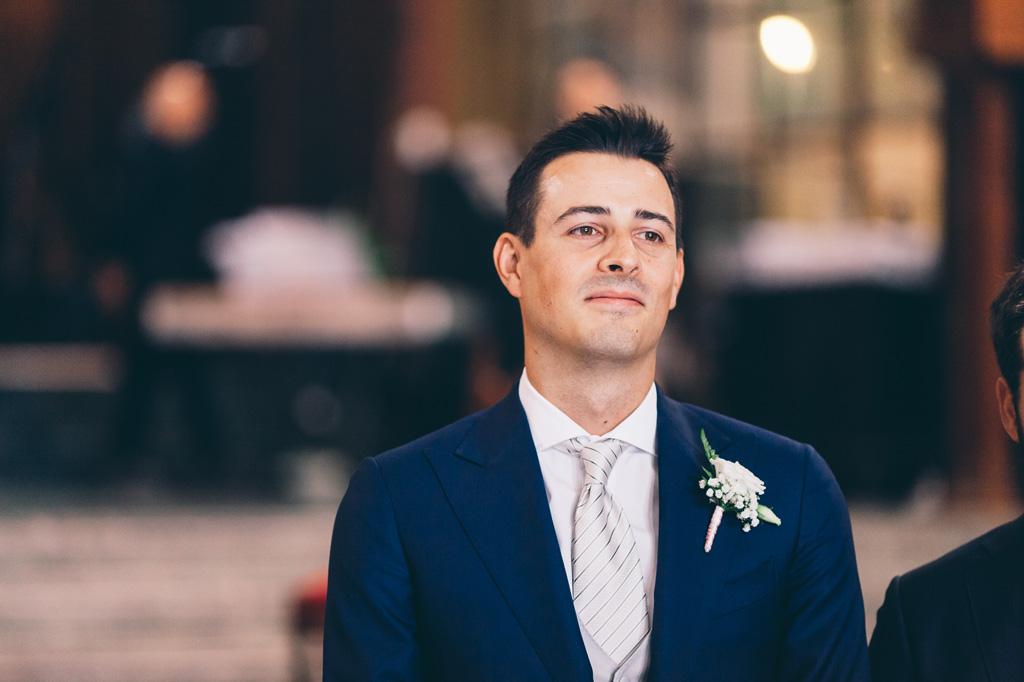 Lorenzo è emozionato in attesa dell'arrivo della sposa