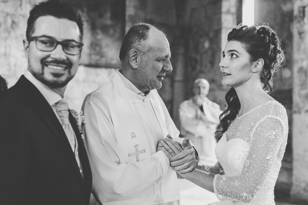 Il prete stringe le mani di Arianna alla fine della cerimonia