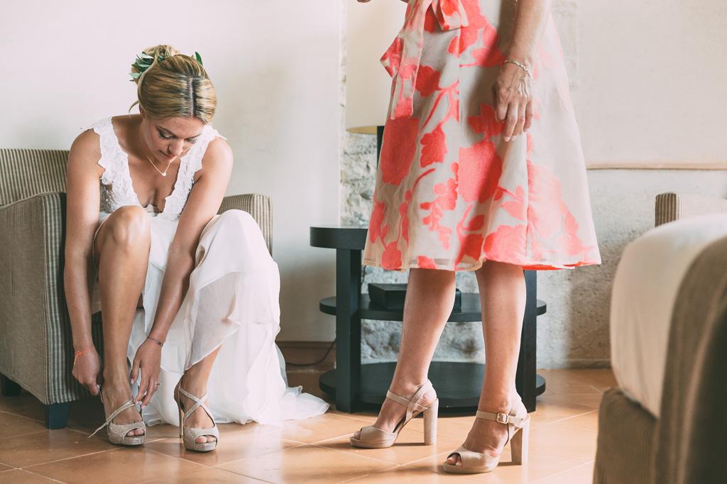 La sposa aggiusta le scarpe per la cerimonia di matrimonio