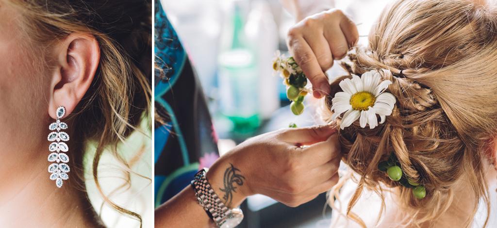 I capelli della sposa sono adornati con un fiore