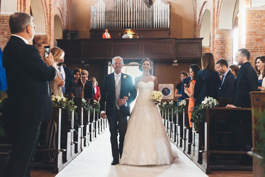 Il padre accompagna la figlia Silvia sino all'altare