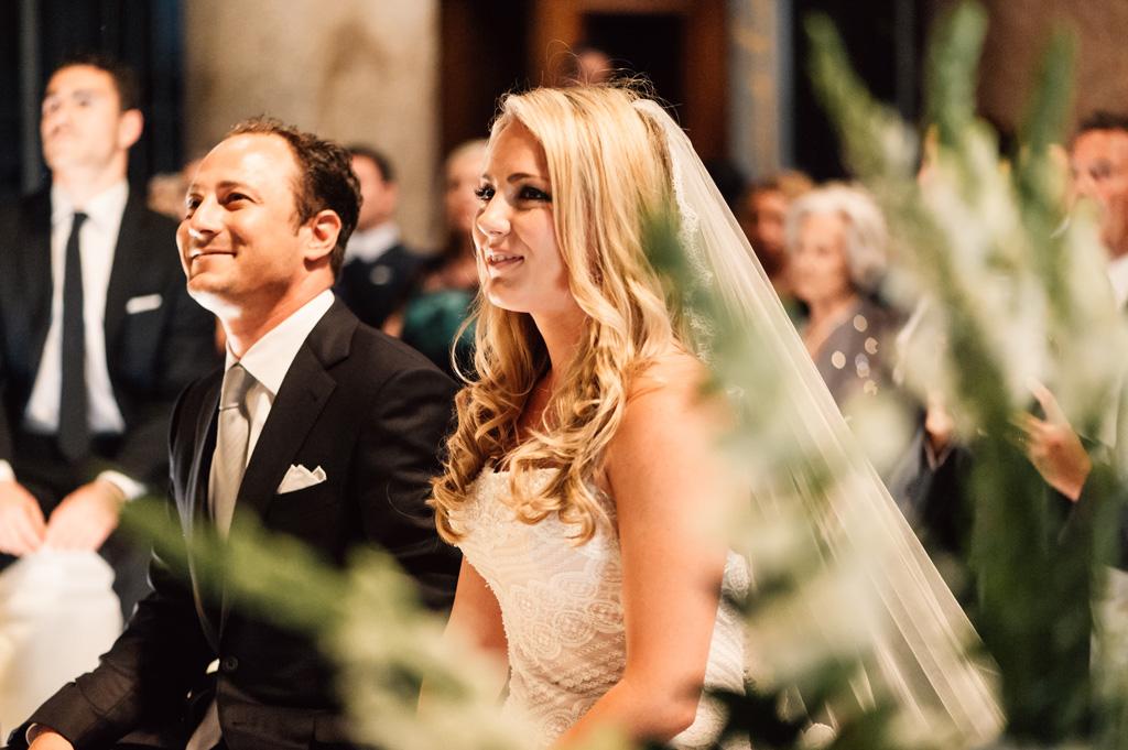 Emmanuel e Brittney ascoltano attentamente le parole del prete durante la cerimonia di matrimonio