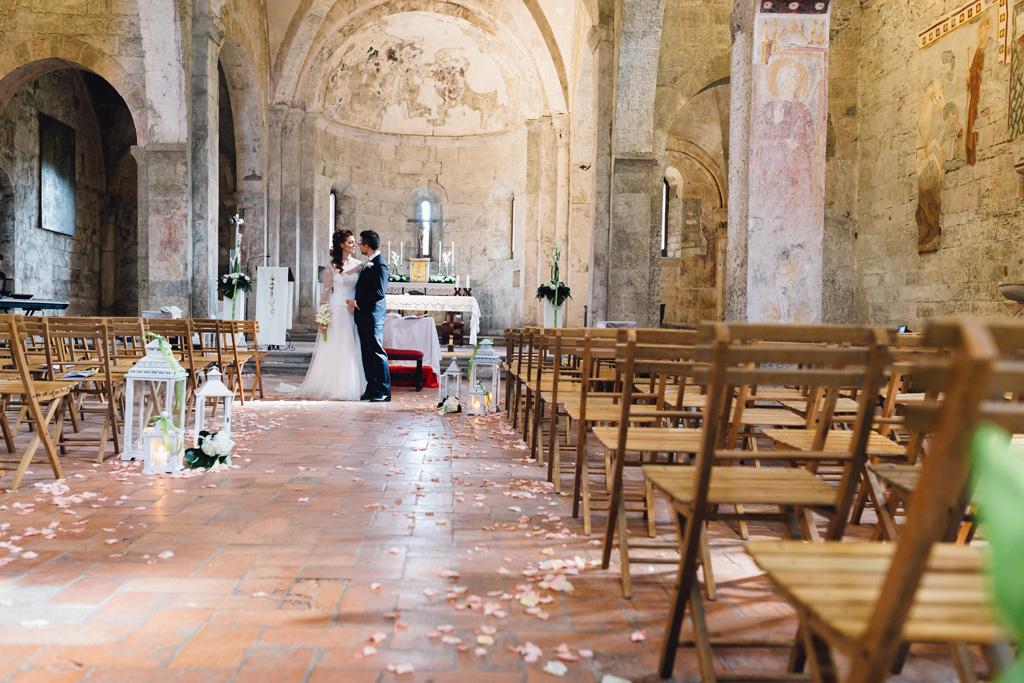 I due sposi, Davide e Arianna, scambiano due parole alla fine della cerimonia